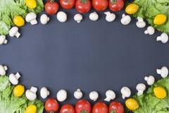 Różni surowi warzywa i pikantność na czarnym tle obrazy stock