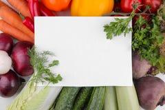 Różni warzywa zawierają buraki, kapusty, zucchini, marchewek, pomidorów, pieprzy, cebul, czosnku i ogórka z pustą formą, zdjęcie royalty free