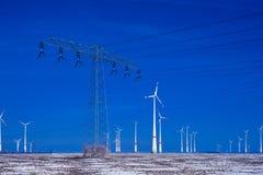 Różni wiatraczki z władza słupa przekazu linią w zima krajobrazie Zdjęcia Royalty Free