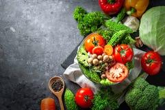 Różnorodna świeżych warzyw żywność organiczna dla zdrowego na ciemnym wieśniaku obrazy royalty free