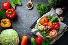 Różnorodna świeżych warzyw żywność organiczna dla zdrowego na ciemnym wieśniaku zdjęcie royalty free