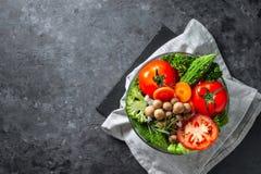 Różnorodna świeżych warzyw żywność organiczna dla zdrowego na ciemnym wieśniaku fotografia royalty free