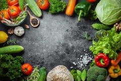 Różnorodna świeżych warzyw żywność organiczna dla zdrowego na nieociosanym tle z kopii przestrzenią dla twój teksta obrazy stock