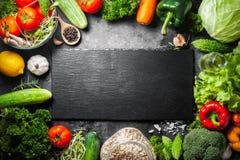 Różnorodna świeżych warzyw żywność organiczna dla zdrowego na wieśniaka plecy zdjęcia stock