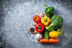 Różnorodna świeżych warzyw żywność organiczna dla zdrowego na wieśniaka plecy zdjęcie royalty free