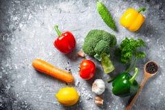 Różnorodna świeżych warzyw żywność organiczna dla zdrowego na wieśniaka plecy obraz royalty free