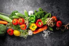Różnorodna świeżych warzyw żywność organiczna dla zdrowego na wieśniaka plecy fotografia royalty free