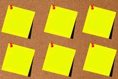 Różnorodna żółta poczta ja z czerwonym thumbtack i blackboard backgro Obrazy Stock