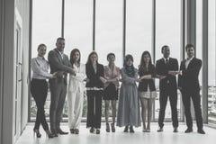 Różnorodna biznes drużyna stoi wpólnie zdjęcia stock