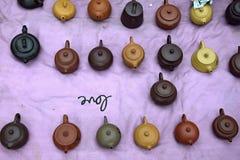Różnorodna chińska clayware herbata puszkuje w fiołkowym tle Fotografia Stock