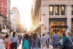 Różnorodna grupa anonimowi ludzie chodzi w dół ruchliwie miastową ulicę w Miasto Nowy Jork zdjęcie stock