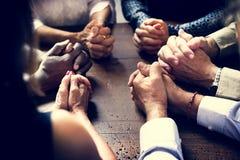 Różnorodna grupa Chrześcijańscy ludzie ono Modli się Wpólnie obraz royalty free