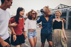 Różnorodna grupa przyjaciele ma zabawę outdoors Zdjęcia Stock