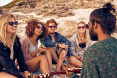 Różnorodna grupa przyjaciele wiszący przy plażą out obrazy stock