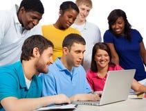 Różnorodna grupa studenci collegu, przyjaciele patrzeje komputer/ Zdjęcie Royalty Free