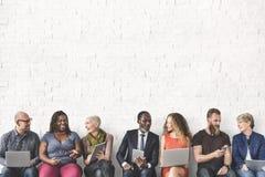 Różnorodna grupy ludzi społeczności więzi technologia Sittin obraz stock