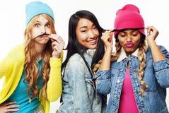 Różnorodna naród dziewczyn grupa, nastoletniej przyjaciel firmy rozochocony hav obrazy royalty free