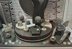 Różnorodna srebna biżuteria na pokazie przy wystawą Fotografia Royalty Free