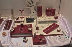 Różnorodna srebna biżuteria na pokazie przy wystawą Obrazy Stock