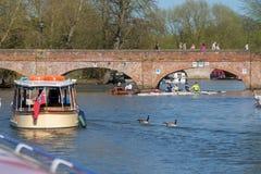 różnorodne łodzie na rzecznym Avon w Stratford z ludźmi chodzi przez ściana z cegieł Zdjęcie Royalty Free