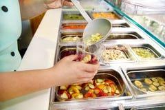 Różnorodne świeże owoc i warzywo sałatkowego baru zdrowe rzeczy Ręka przygotowywa owoc dla organicznie smoothie Zdjęcie Royalty Free