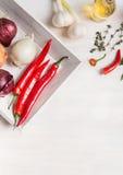Różnorodne świeże pikantność, podprawa i condiment na białym drewnianym tle, odgórny widok Zdrowy, czyści jarosza kucharstwo, lub obrazy stock