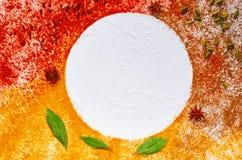 Różnorodne aromatyczne Indiańskie pikantność i ziele na białym kuchennym stole: gwiazdowy anyż, szafran, turmeric, podpalani liśc zdjęcie stock