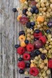 Różnorodne dojrzałe jagody na stole Zdjęcie Stock