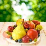 Różnorodne dojrzałe owoc na talerzu Zdjęcie Stock