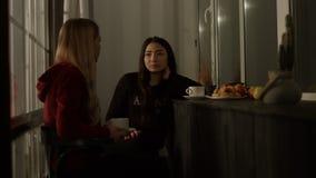 Różnorodne dziewczyny gawędzi w evening w domu zbiory wideo