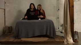 Różnorodne dziewczyny ogląda tv przedstawienie na linii na laptopie zbiory wideo