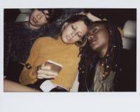 Różnorodne kobiety w tylnym siedzeniu taksówka fotografia stock