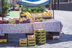 Różnorodne kolorowe świeże owoc w owocowym rynku, Catania, Sicily, Włochy obrazy stock