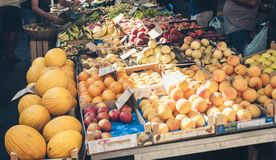 Różnorodne kolorowe świeże owoc w owocowym rynku, Catania, Sicily, Włochy zdjęcie royalty free