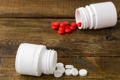 Różnorodne medyczne apothecary butelki z kolorowymi pigułkami Zdjęcie Royalty Free