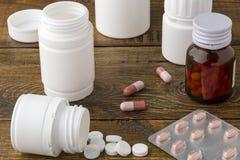 Różnorodne medyczne apothecary pigułki butelki Zdjęcia Royalty Free