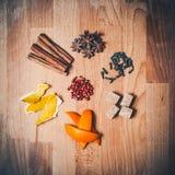 Różnorodne pikantność dla rozmyślającego wina na starym drewnianym stole Gwiazdy anyż, cynamonowi kije, cloves, brown cukieru sze Obrazy Stock