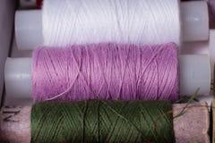 Różnorodne stubarwne używać szwalne nici w pudełku, brogującym w a Obrazy Royalty Free