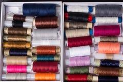 Różnorodne stubarwne używać szwalne nici w pudełku, brogującym w a Zdjęcia Royalty Free