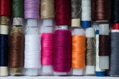 Różnorodne stubarwne używać szwalne nici w pudełku, brogującym w a Obraz Stock