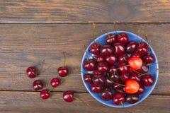 Różnorodnego lata Świeża wiśnia w pucharze na nieociosanym drewnianym stole Przeciwutleniacze, detox dieta, organicznie owoc Odgó Zdjęcie Royalty Free