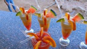 Różnorodni Świezi Egzotyczni koktajle lub soki w szkle z słomą na Wyrzucać na brzeg baru morze czerwone egiptu zdjęcie wideo