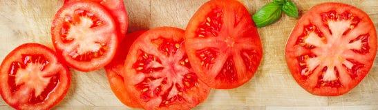 Różnorodni Świezi pomidory z basila liściem na tnącej desce, widok zdjęcie stock