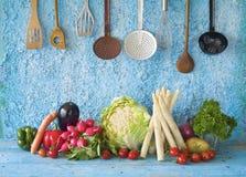 Różnorodni świezi warzywa, kuchenni naczynia, kulinarny pojęcie, zdrowy łasowanie obrazy royalty free