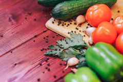 Różnorodni świezi warzywa na drewnianym tle pomidor, ogórek, dzwonkowy pieprz Zdjęcie Stock