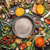 Różnorodni żniw warzywa Zdrowi i organicznie składniki i: bania, zielenie, pomidory, kale, leek, chard, seler wokoło pustego cook zdjęcie royalty free