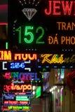 Różnorodni barwioni handlowi neonowi światła podpisują przy nocą, Ho Chi Mi Obraz Stock
