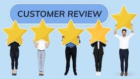 Różnorodni biznesmeni pokazuje klienta przeglądu gwiazdy ocenę obraz stock