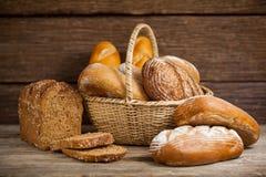 Różnorodni chlebowi bochenki w koszu fotografia stock