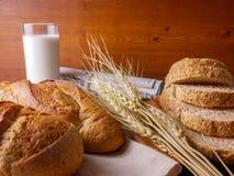 Różnorodni chleby z mlekiem i wiadomość papierem Zdjęcie Royalty Free